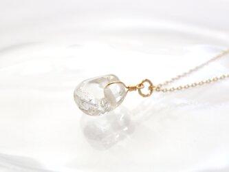 氷のかけら ガラス粒のネックレスの画像
