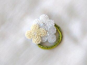 小花のリース 白 ブローチの画像