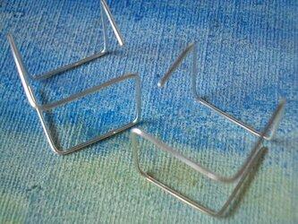 線のピアス キューブの画像