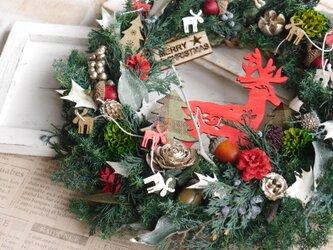 赤いトナカイのクリスマスリースの画像
