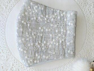送料無料【受注制作】淡いグレーのミモザ刺繍ダブルガーゼ生地の立体マスクLサイズの画像