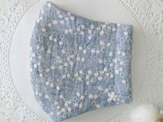 送料無料【受注制作】淡いブルーのミモザ刺繍ダブルガーゼ生地の立体マスクLサイズの画像