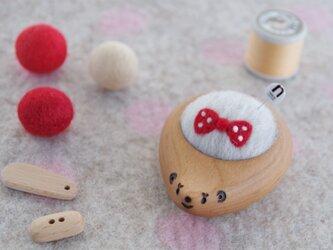 ハリネズミの羊毛ピンクッション【針山】みずたまリボン 赤 サクラの画像