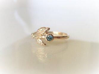 柊と青いジルコンとリーフの指輪の画像