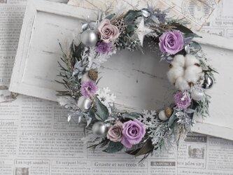 ラベンダー色のグレイッシュクリスマスリースの画像