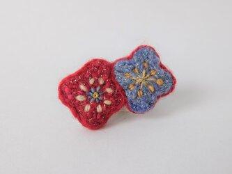 手紡ぎ糸の刺繍ブローチ「赤とすみれ色のお花」の画像