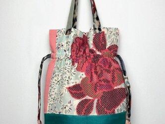 【着物・帯・襦袢リメイク】巾着トートバッグ/淡いブルー地にピンク花・グリーン帯地・銘仙の画像