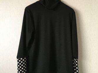 ふんわりウール手袋付き長袖タートルカットソー 黒×黒白水玉Fの画像