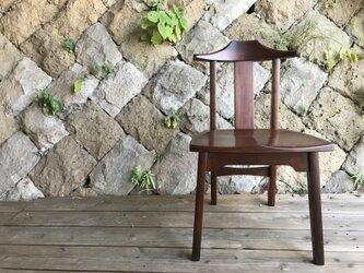 漆塗りの椅子の画像