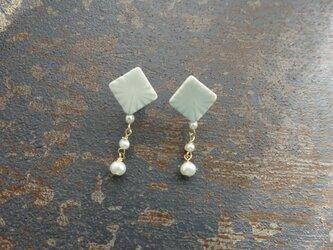 彫モヨウと淡水パールの揺れるpierce/earring(square)の画像
