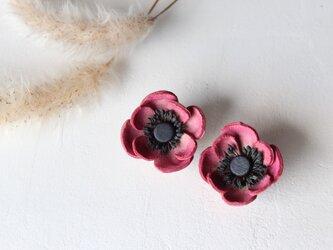 【鹿革の花かざり】アネモネのピアスまたはイヤリング(レッド)の画像