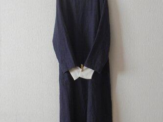 冬リネンのワンピース 紺色の画像