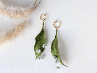 【鹿革の花かざり】スズランのピアスまたはイヤリングの画像