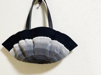 くるくる編み模様のモノトーンかばんの画像