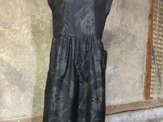 黒地花柄模奄美大島紬のワンピースの画像