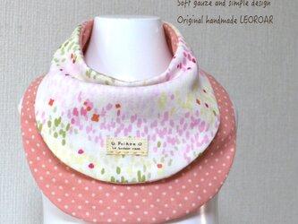 小花のリバーシブルスタイ*ホワイト×コーラルピンクの画像