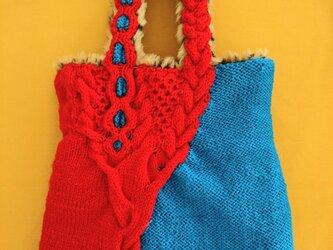 63.変化するなわ編みバッグ/レッド×ブルー【エコファー裏地つき】の画像