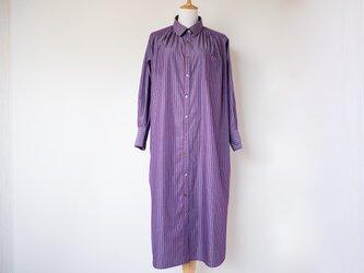 紫✕水色ピンストライプの上質コットンシャツワンピース 【ドロップショルダー・ふくらはぎ丈・ロングカフス・貝ボタン】の画像