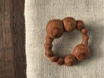 木彫ブローチ(まるまる、ケヤキ)の画像