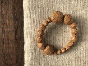 木彫ブローチ(まるまる、ナラ)の画像