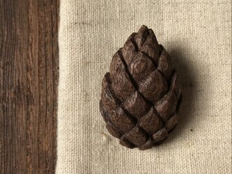 木彫ブローチ(まつぼっくり、ブラックウォールナット)の画像