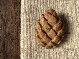 木彫ブローチ(まつぼっくり、くり)の画像