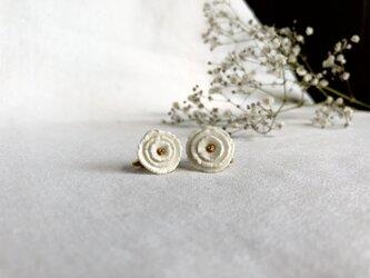 薔薇のようなイヤリング/whiteの画像