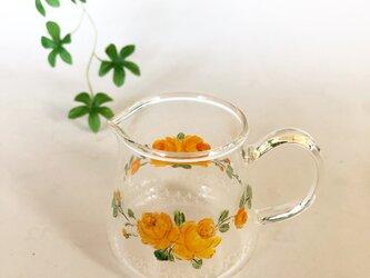 可愛いピッチャー・鱗と黄色のバラの画像