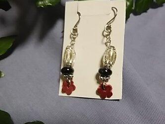 赤い革製小花が可愛いいピアスの画像