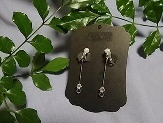 真珠様のパーツが目立つ痛くないノンホールピアスのイヤリングの画像