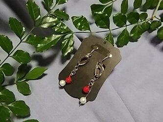 赤い鈴付き揺れるイヤリングの画像