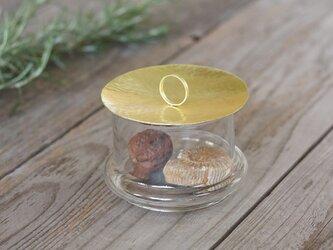 鎚目模様の真鍮蓋のガラスポッドSの画像