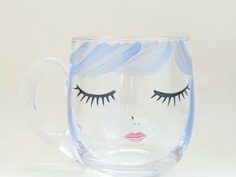 ガラスマグカップ ブルーヘアーの女の子の画像
