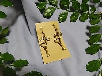 鍵とリボン型のイヤリングの画像