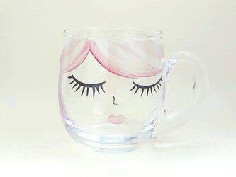 ガラスマグカップ ピンクヘアーの女の子の画像