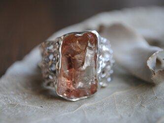 茜色のサンストーン原石と星々のリングの画像