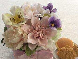 仏花   真珠の涙   福  (甘味のお供え付き、ミニサイズ、仏花、造花、お供え、お盆、お彼岸、敬老の日)の画像
