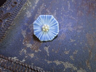 花のbroach(ミヤコワスレ)淡水パール花芯+水色の画像
