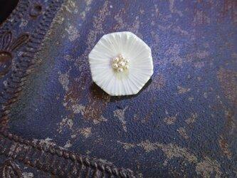 花のbroach(ミヤコワスレ)淡水パール花芯+氷色の画像
