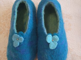 羊毛フェルトルームシューズ (青いスミレ)の画像