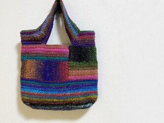 多色毛糸使いの手編みかばんの画像