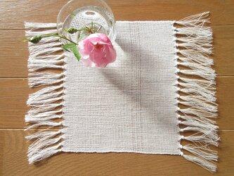真っ白の、手織り麻の花瓶敷 (1)の画像