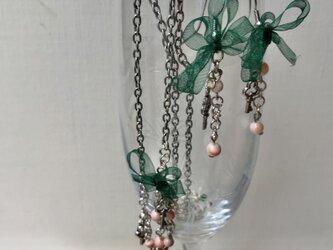 珊瑚とグリーンリボンのネックレスとピアスの画像