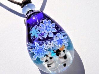 《雪降る夜に~氷華》ペンダント ガラス とんぼ玉 雪の結晶 ネコの画像