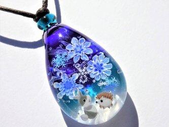《雪降る夜に~氷華》ペンダント ガラス とんぼ玉 雪の結晶 うさぎ ハリネズミの画像