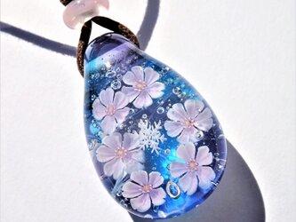 《寒桜》ペンダント ガラス とんぼ玉 雪の結晶 桜の画像