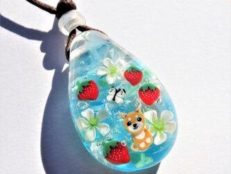 《いちごと柴犬》ペンダント ガラス とんぼ玉 いちご 柴犬の画像
