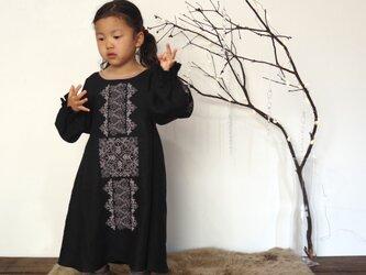 【ブラック】ソロチカ刺繍のリネンギャザーワンピースの画像