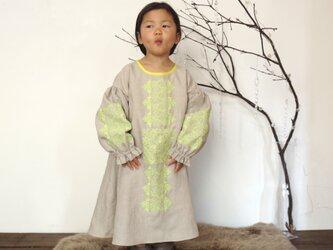 【リネン生成】ソロチカ刺繍のリネンギャザーワンピースの画像