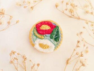 花咲くブローチ4(紅白・サザンカ・ツバキ) せきそ粘土の画像